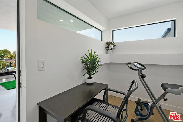 25. 3277 S Barrington Avenue Los Angeles, CA 90066