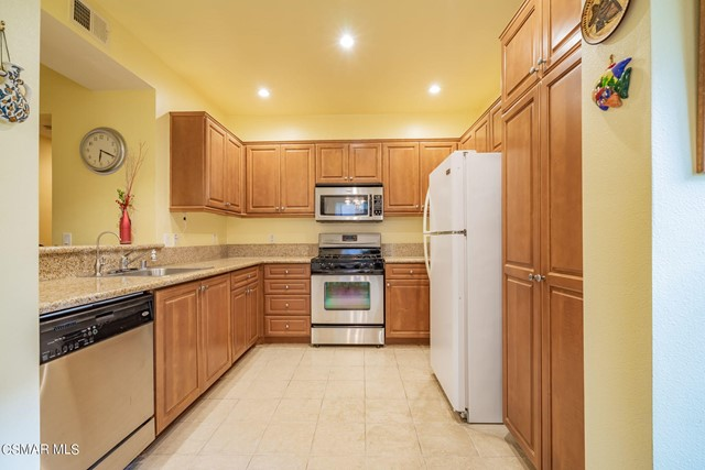 11. 461 Country Club Drive #111 Simi Valley, CA 93065