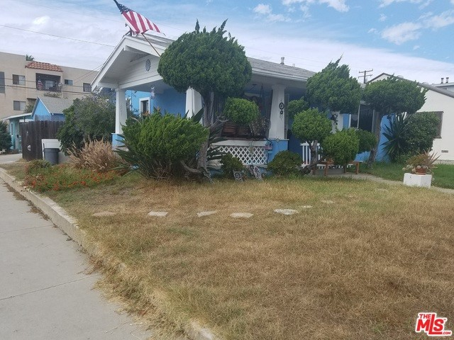 Up and coming long beach neighborhood with great potentials. Complete fixer property with a lot of deferred maintenance. Conveniently located central to many entertainments area such as Aquarium of the Pacific and Queen Mary just to name couple. Great Investment Opportunity. Easy access to the 710 and 405 fwys.