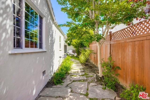 31. 1724 S Carmelina Avenue Los Angeles, CA 90025