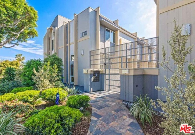 THIS IS A THREE BEDROOM TOWNHOUSE THAT HAS BEEN COMPLETELY REMODELED AND IS IN THE FRANKLIN SCHOOL DISTRICT. IT HAS A DIRECT ACCESS FULL TWO CAR GARGE, AND IS LOCATED NORTH OF WILSHIRE. IT IS TENANT OCCUPIED AND I MUST HAVE 24 HOUR NOTICE TO SHOW.