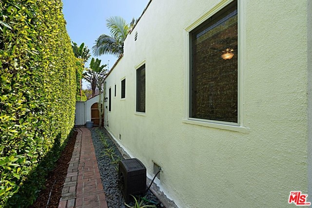 22. 9015 Rosewood Avenue West Hollywood, CA 90048
