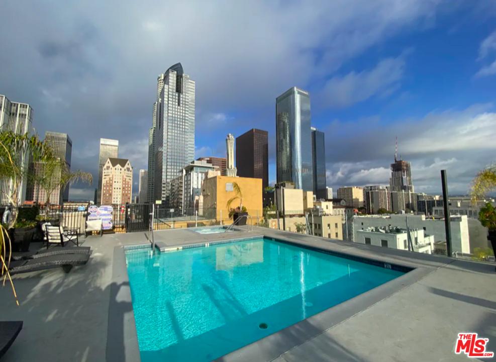 Pool on e roof