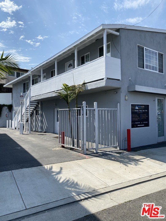 Don't let this opportunity to have a quiet 2 bedroom with open living area in Redondo Beach. Large private yard, well manicured with room to play. Don't let the short distance to both the pier and water pass you by! The space is approximately 811 sq ft and has been newly remodeled. The open layout will give you the ability to make this the perfect space to call home. Light and open area. Full kitchen area with stove, dishwasher and refrigerator/freezer. Separate bath with shower.