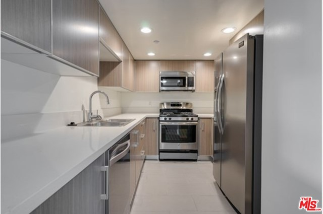 VIRTUAL TOURS AVAILABLE Very spacious and completely unit with in-unit laundry, a gorgeous kitchen with stainless steel appliances, laminate hardwood floors, gated parking (2 spaces) plenty of closet space, central AC and heating and much more. Close to UCLA and Westwood.