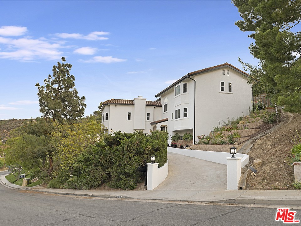 21824     Ambar Drive, Woodland Hills CA 91364