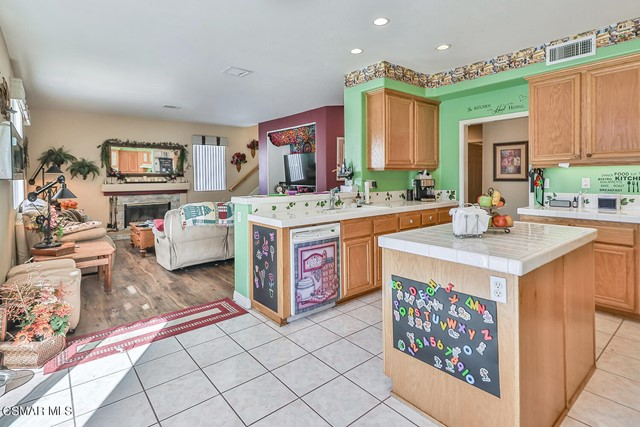 21. 215 Southcrest Place Simi Valley, CA 93065